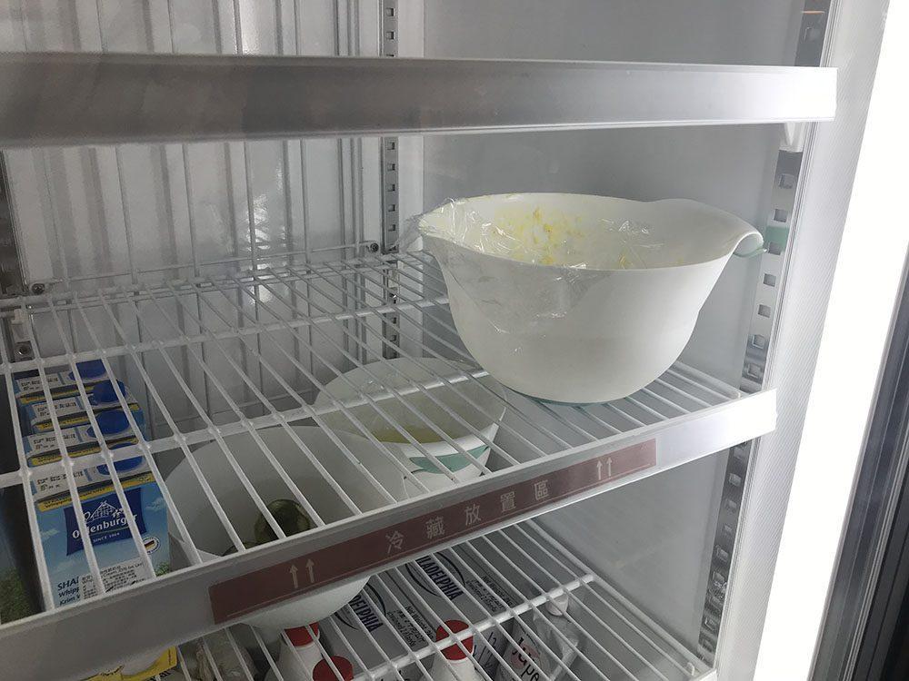 加入奶油攪拌均勻後,冰箱冷藏約5~10分鐘。