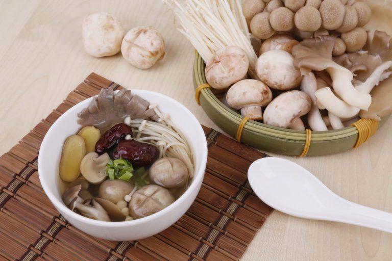 用電鍋簡單製作素食食補:桑黃仙草蕈菇湯